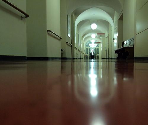 leerer krankenhausflur in der nacht